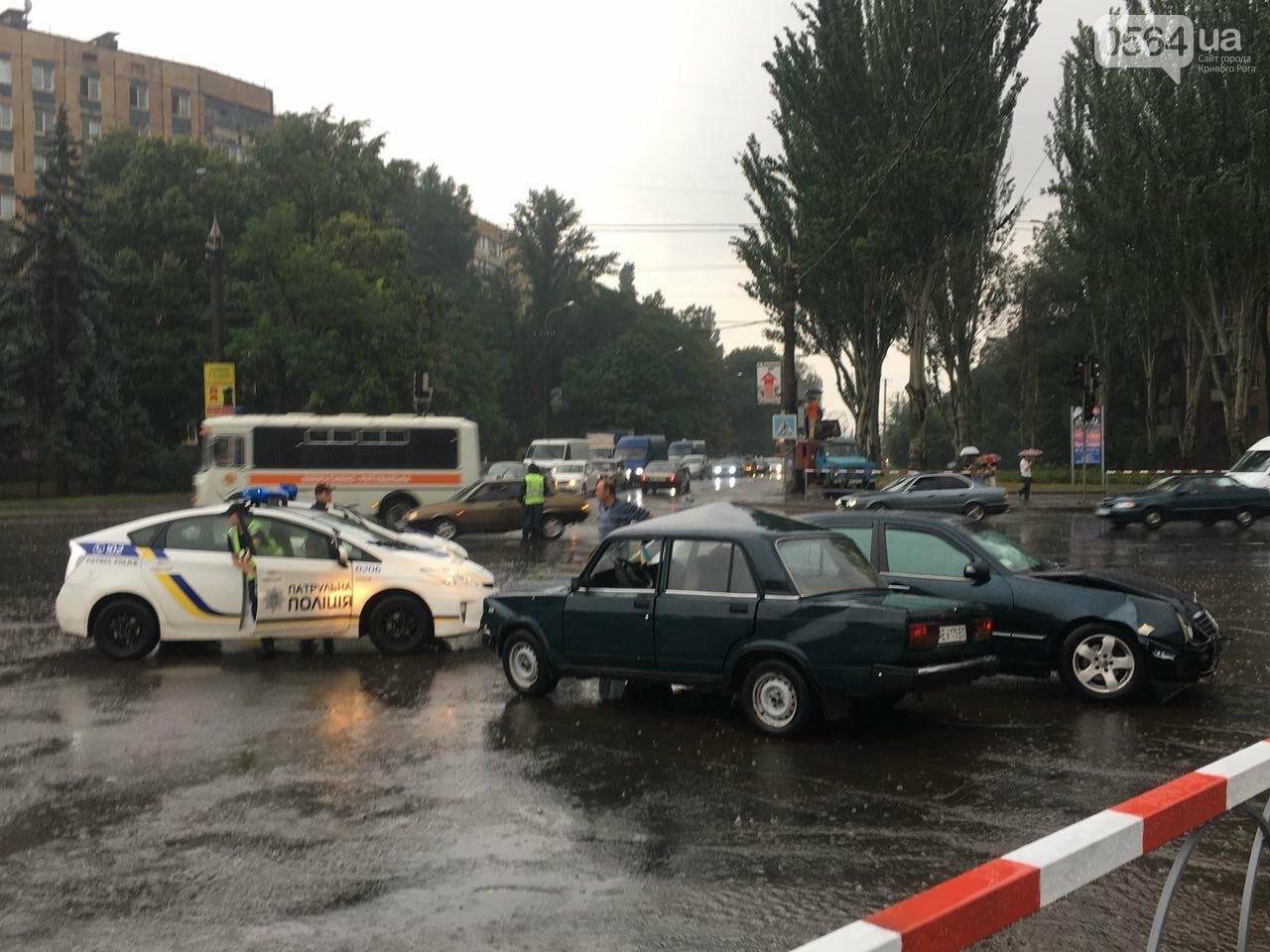 В Кривом Роге под дождем на перекрестке столкнулись иномарка и ВАЗ, - ФОТО, фото-7
