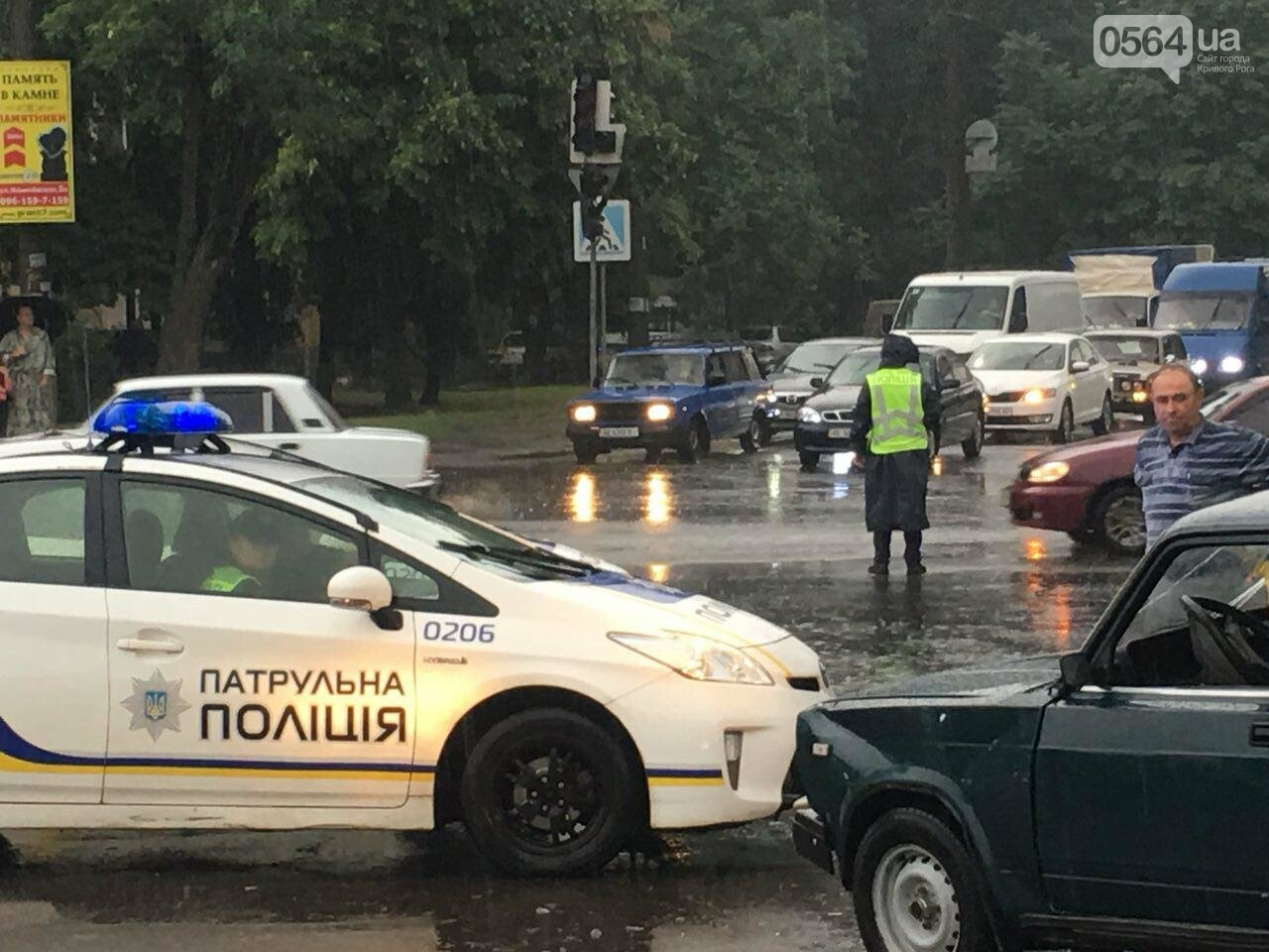 В Кривом Роге под дождем на перекрестке столкнулись иномарка и ВАЗ, - ФОТО, фото-8