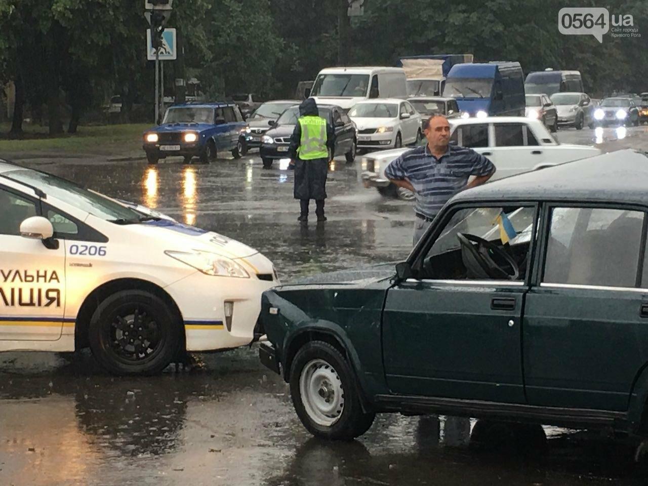 В Кривом Роге под дождем на перекрестке столкнулись иномарка и ВАЗ, - ФОТО, фото-9