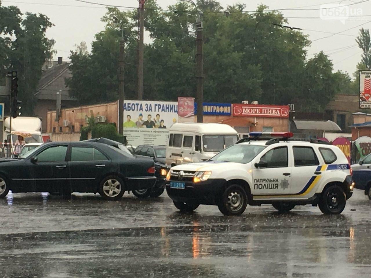 В Кривом Роге под дождем на перекрестке столкнулись иномарка и ВАЗ, - ФОТО, фото-10