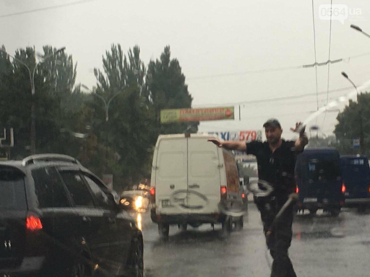 В Кривом Роге под дождем на перекрестке столкнулись иномарка и ВАЗ, - ФОТО, фото-2