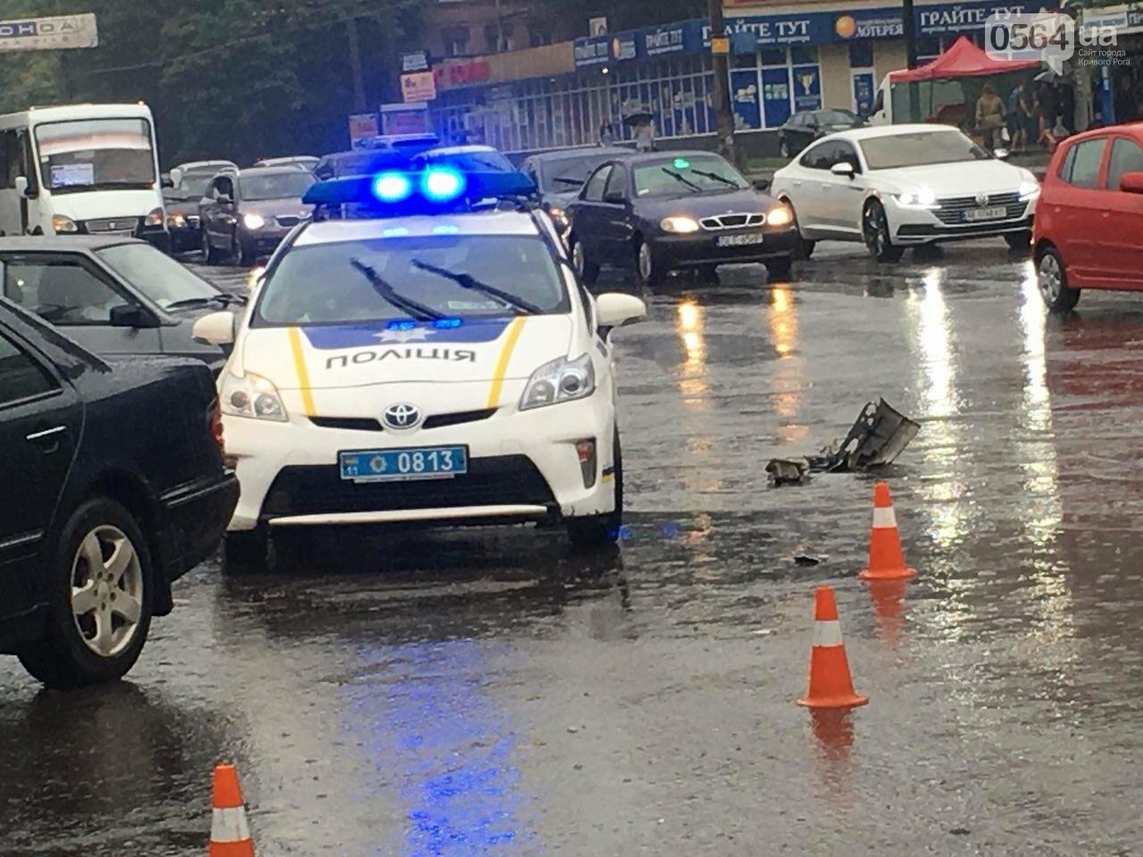 В Кривом Роге под дождем на перекрестке столкнулись иномарка и ВАЗ, - ФОТО, фото-11
