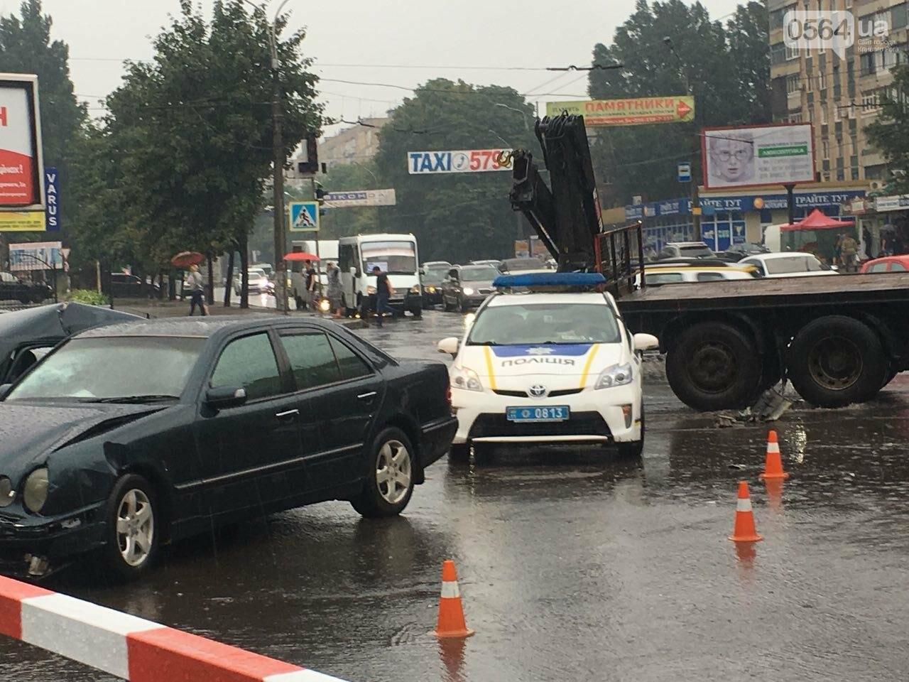 В Кривом Роге под дождем на перекрестке столкнулись иномарка и ВАЗ, - ФОТО, фото-12