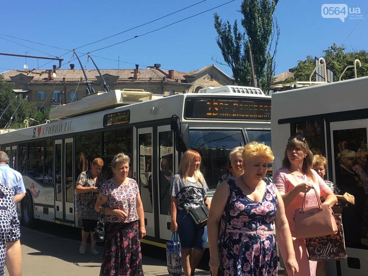 Как в Кривом Роге торжественно вручили водителям ключи от новых троллейбусов и автобусов, - ФОТО, ВИДЕО, фото-5