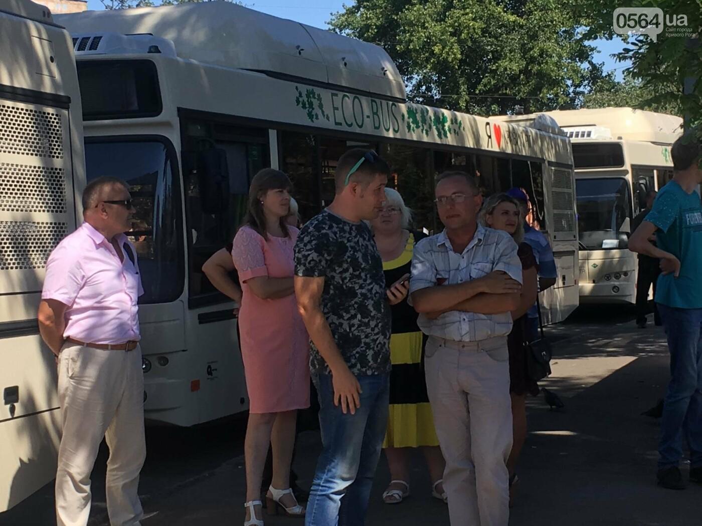Как в Кривом Роге торжественно вручили водителям ключи от новых троллейбусов и автобусов, - ФОТО, ВИДЕО, фото-1