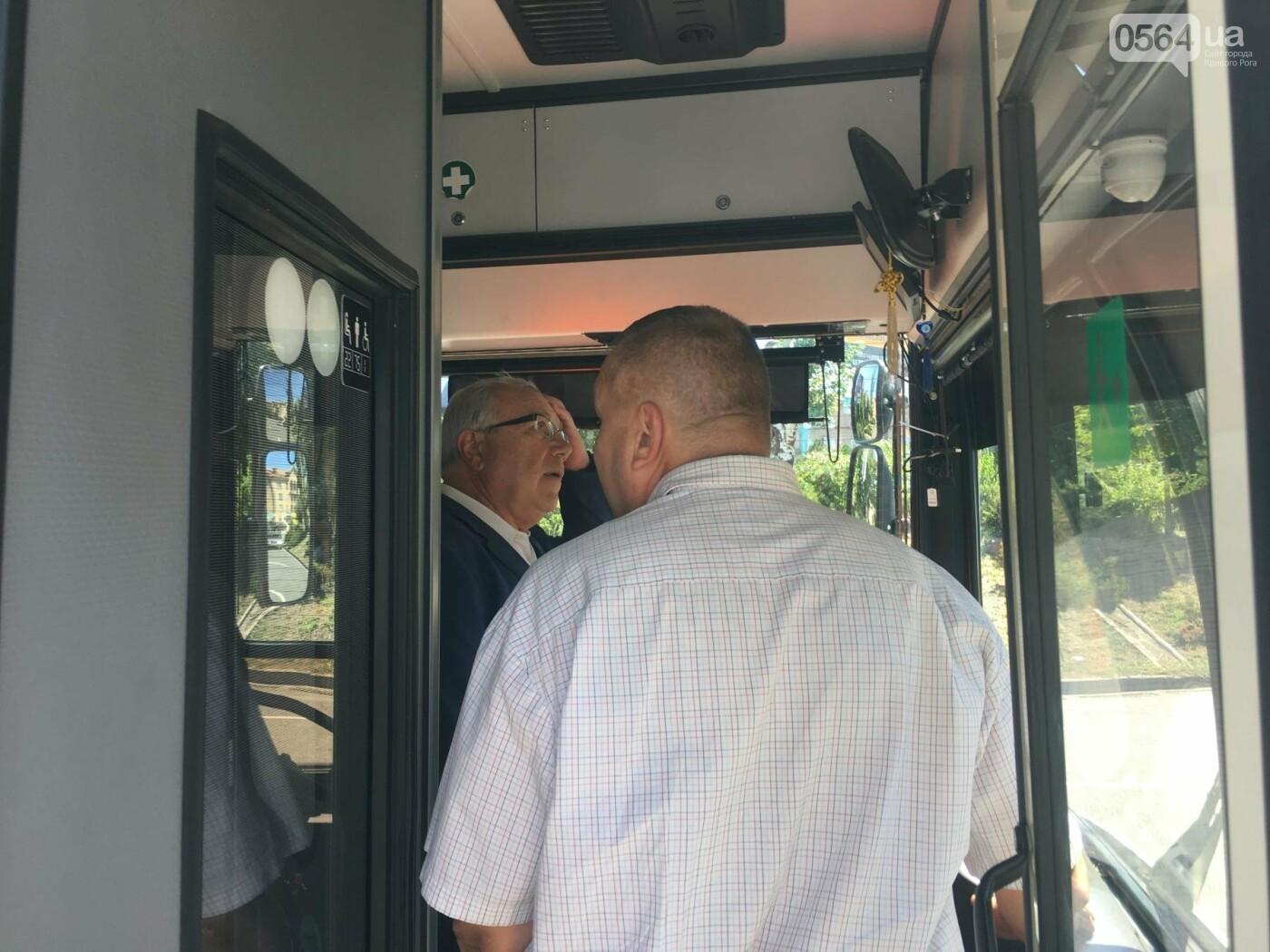 Как в Кривом Роге торжественно вручили водителям ключи от новых троллейбусов и автобусов, - ФОТО, ВИДЕО, фото-34