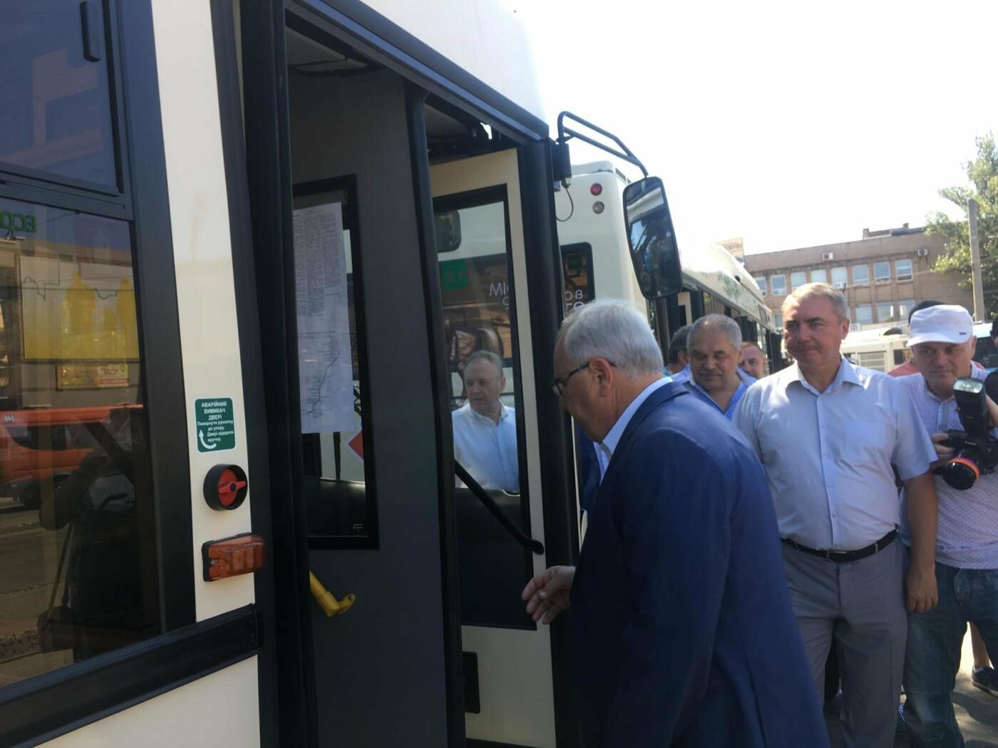 Как в Кривом Роге торжественно вручили водителям ключи от новых троллейбусов и автобусов, - ФОТО, ВИДЕО, фото-22