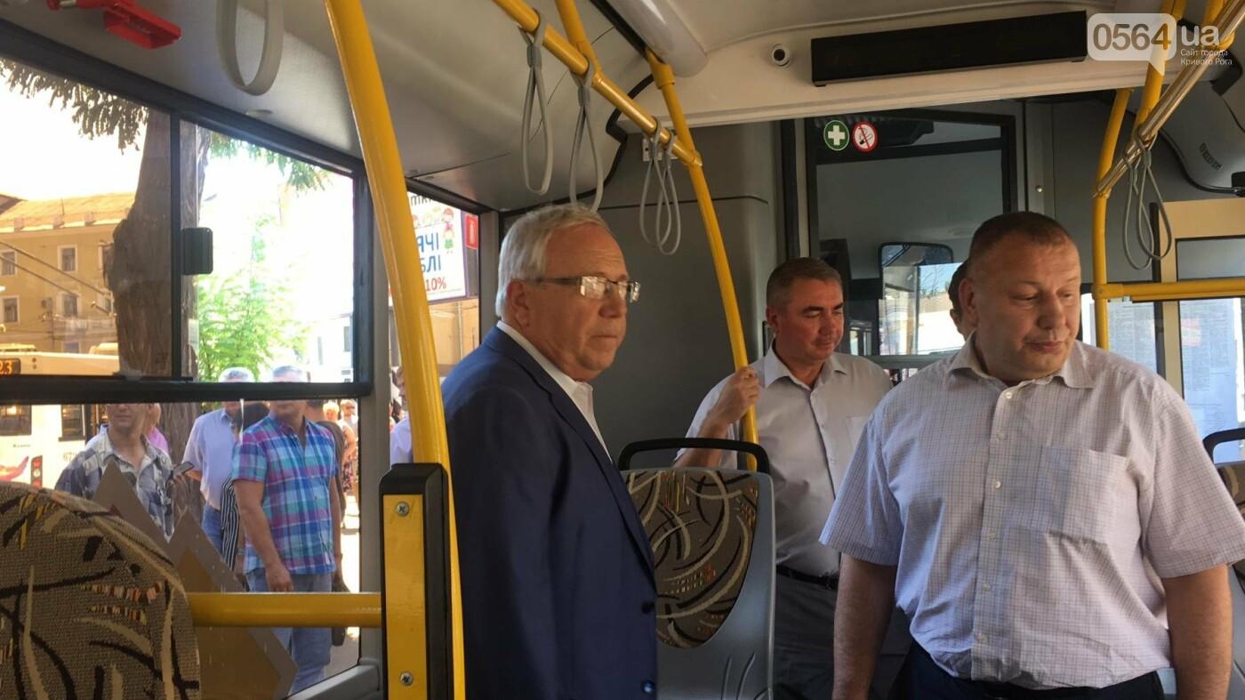 Как в Кривом Роге торжественно вручили водителям ключи от новых троллейбусов и автобусов, - ФОТО, ВИДЕО, фото-28