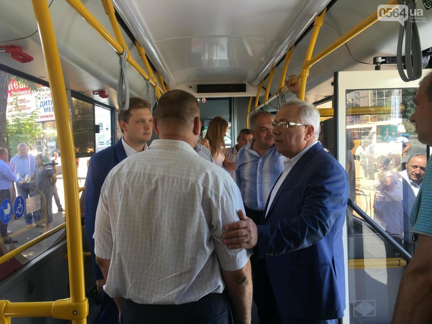 Как в Кривом Роге торжественно вручили водителям ключи от новых троллейбусов и автобусов, - ФОТО, ВИДЕО, фото-35