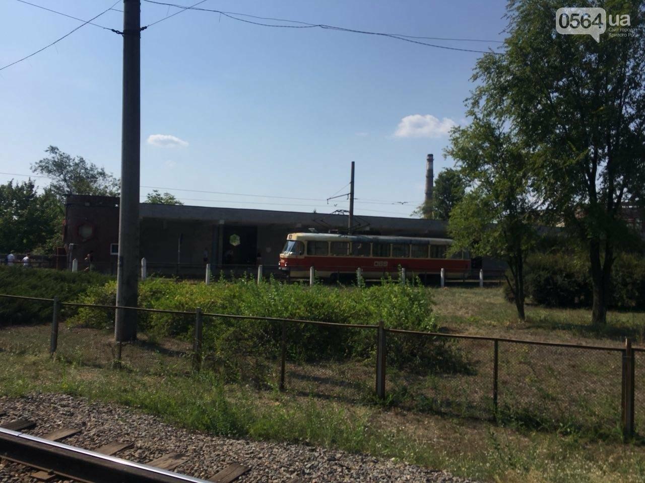 Из-за поломки скоростного трамвая, криворожане шли до ближайшей станции по рельсам, - ФОТО , фото-2