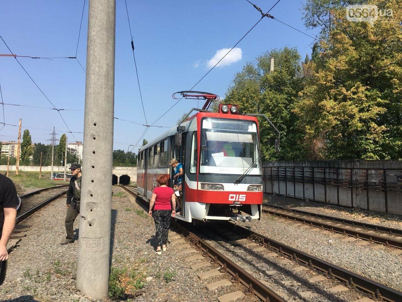Из-за поломки скоростного трамвая, криворожане шли до ближайшей станции по рельсам, - ФОТО , фото-7