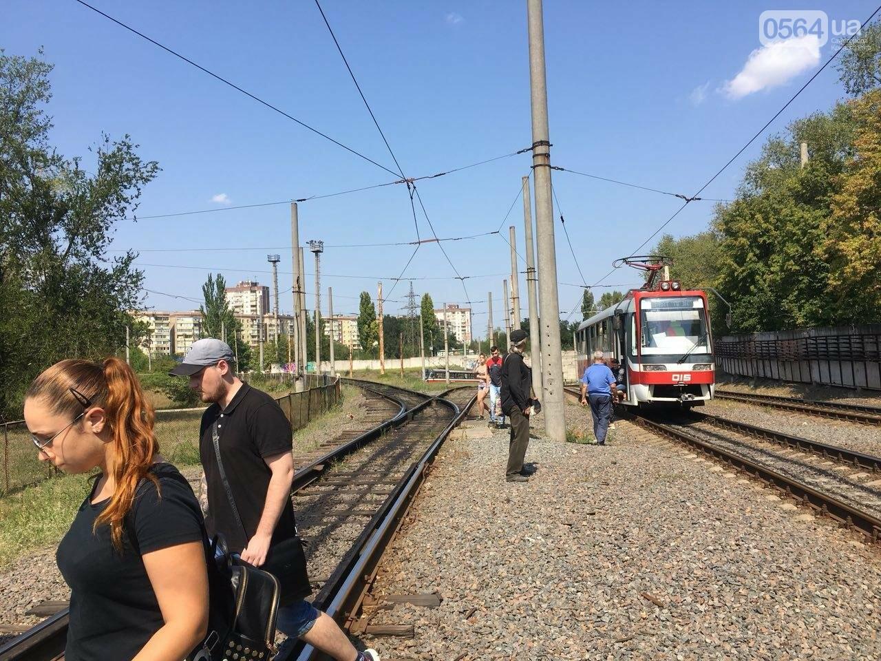 Из-за поломки скоростного трамвая, криворожане шли до ближайшей станции по рельсам, - ФОТО , фото-6