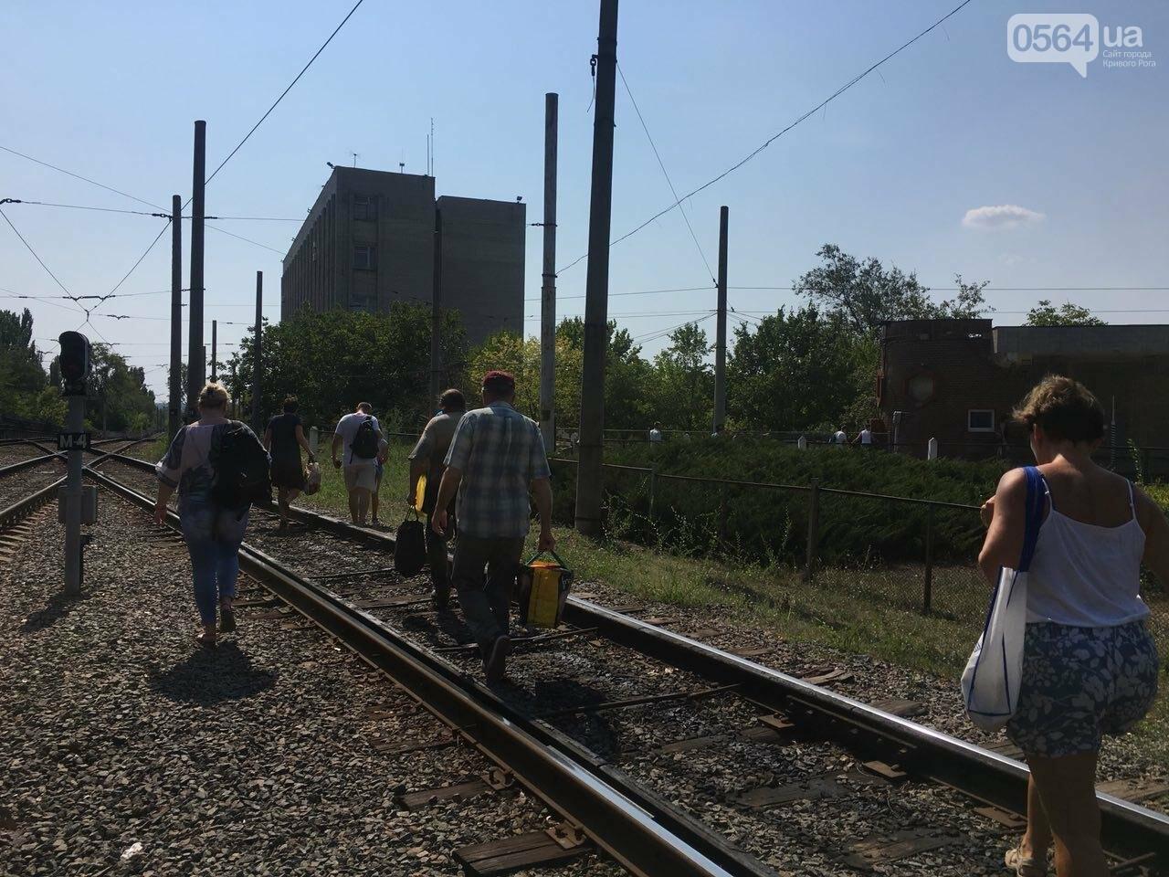 Из-за поломки скоростного трамвая, криворожане шли до ближайшей станции по рельсам, - ФОТО , фото-3