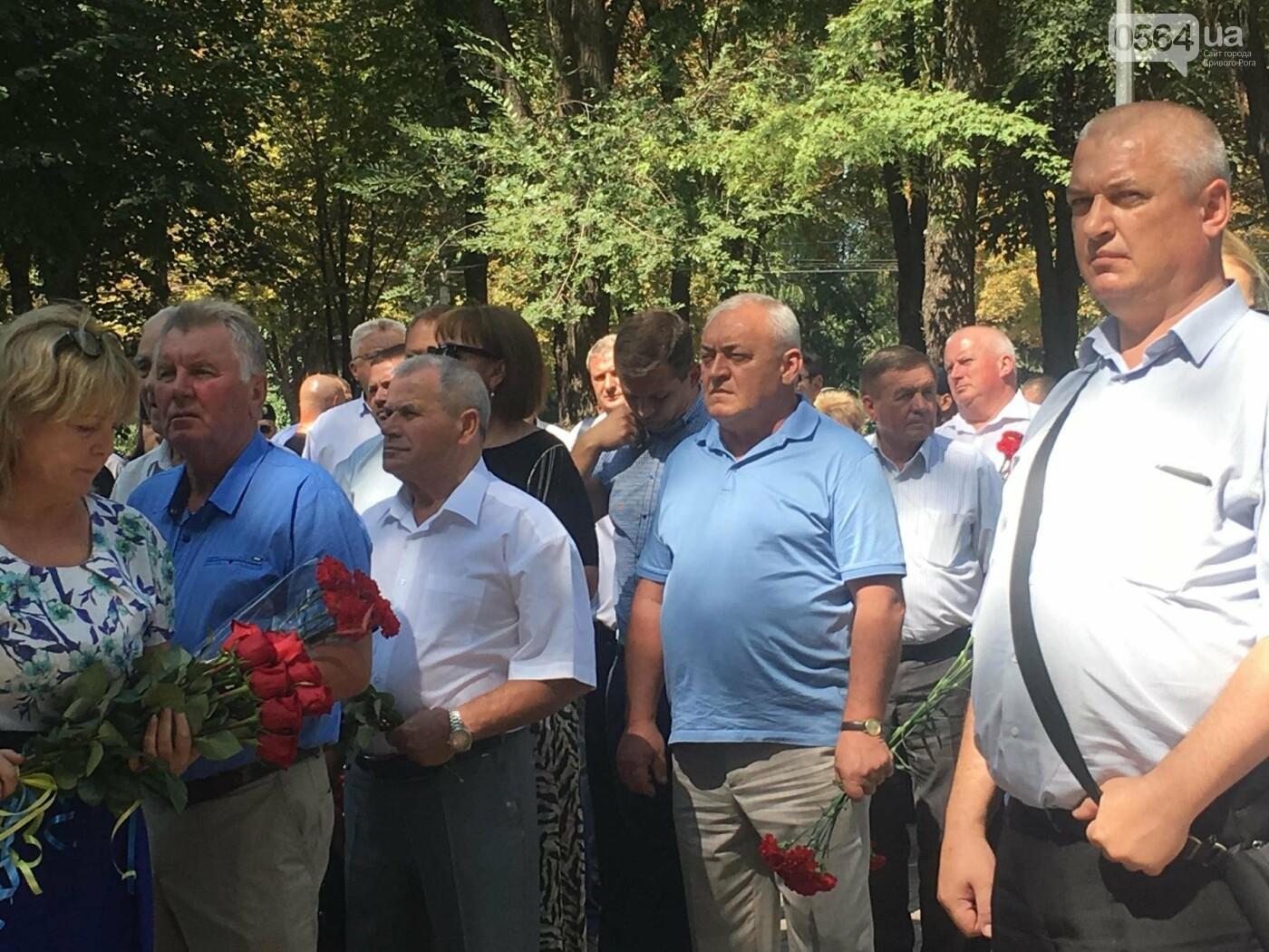 Руководство города и депутаты возложили цветы к памятнику погибшим в АТО Героям, - ФОТО, ВИДЕО, фото-4