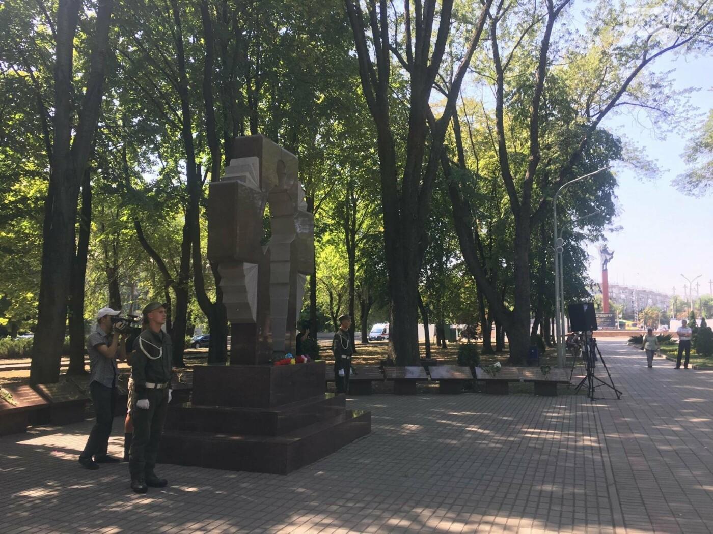 Руководство города и депутаты возложили цветы к памятнику погибшим в АТО Героям, - ФОТО, ВИДЕО, фото-8