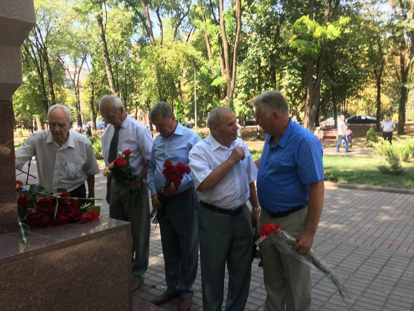 Руководство города и депутаты возложили цветы к памятнику погибшим в АТО Героям, - ФОТО, ВИДЕО, фото-7