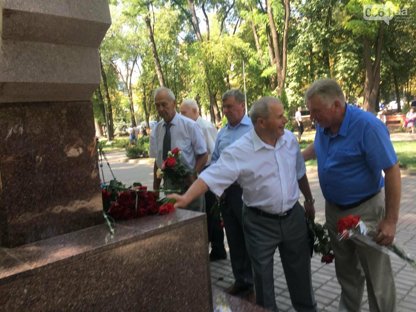 Руководство города и депутаты возложили цветы к памятнику погибшим в АТО Героям, - ФОТО, ВИДЕО, фото-5