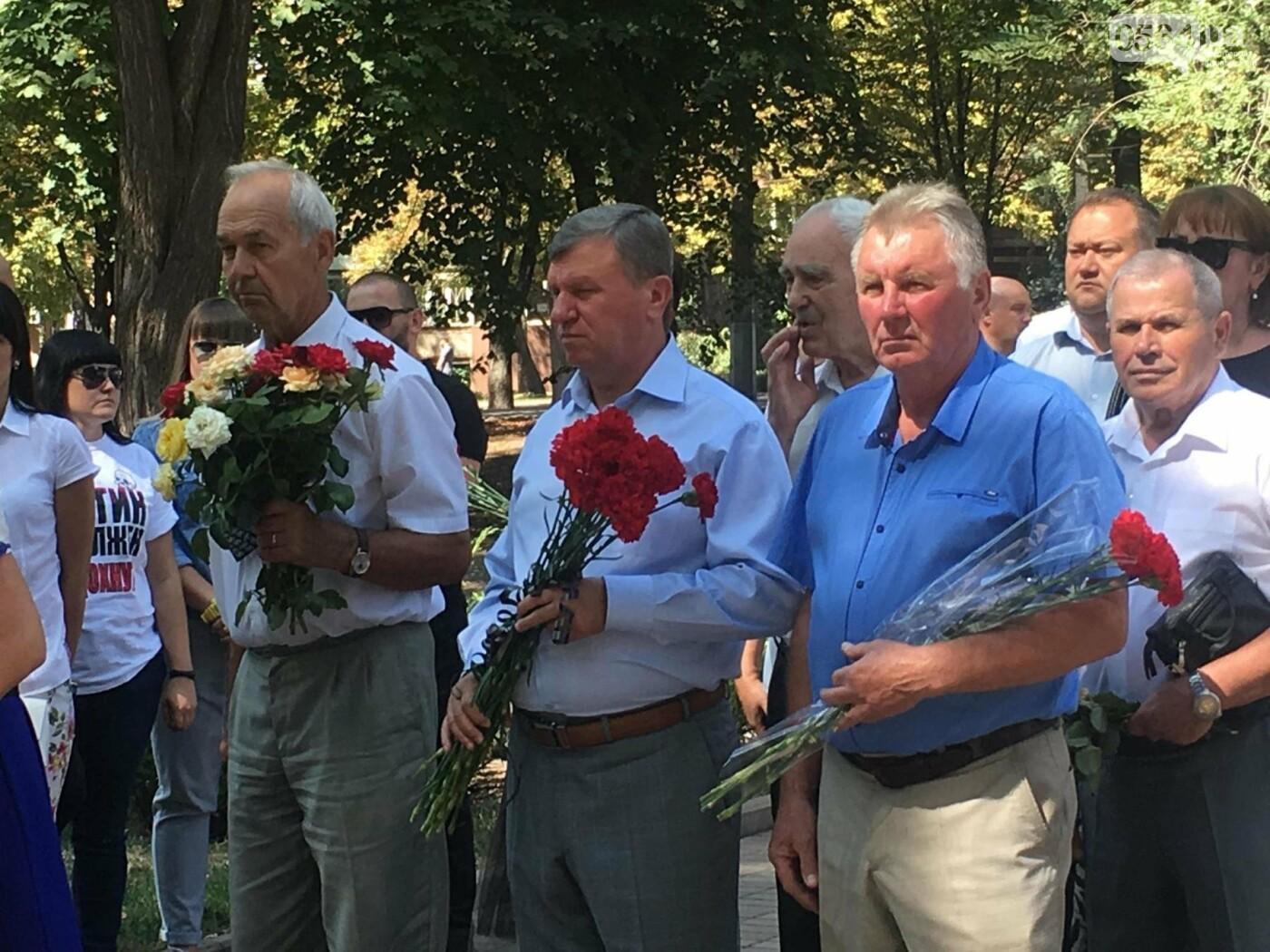 Руководство города и депутаты возложили цветы к памятнику погибшим в АТО Героям, - ФОТО, ВИДЕО, фото-1