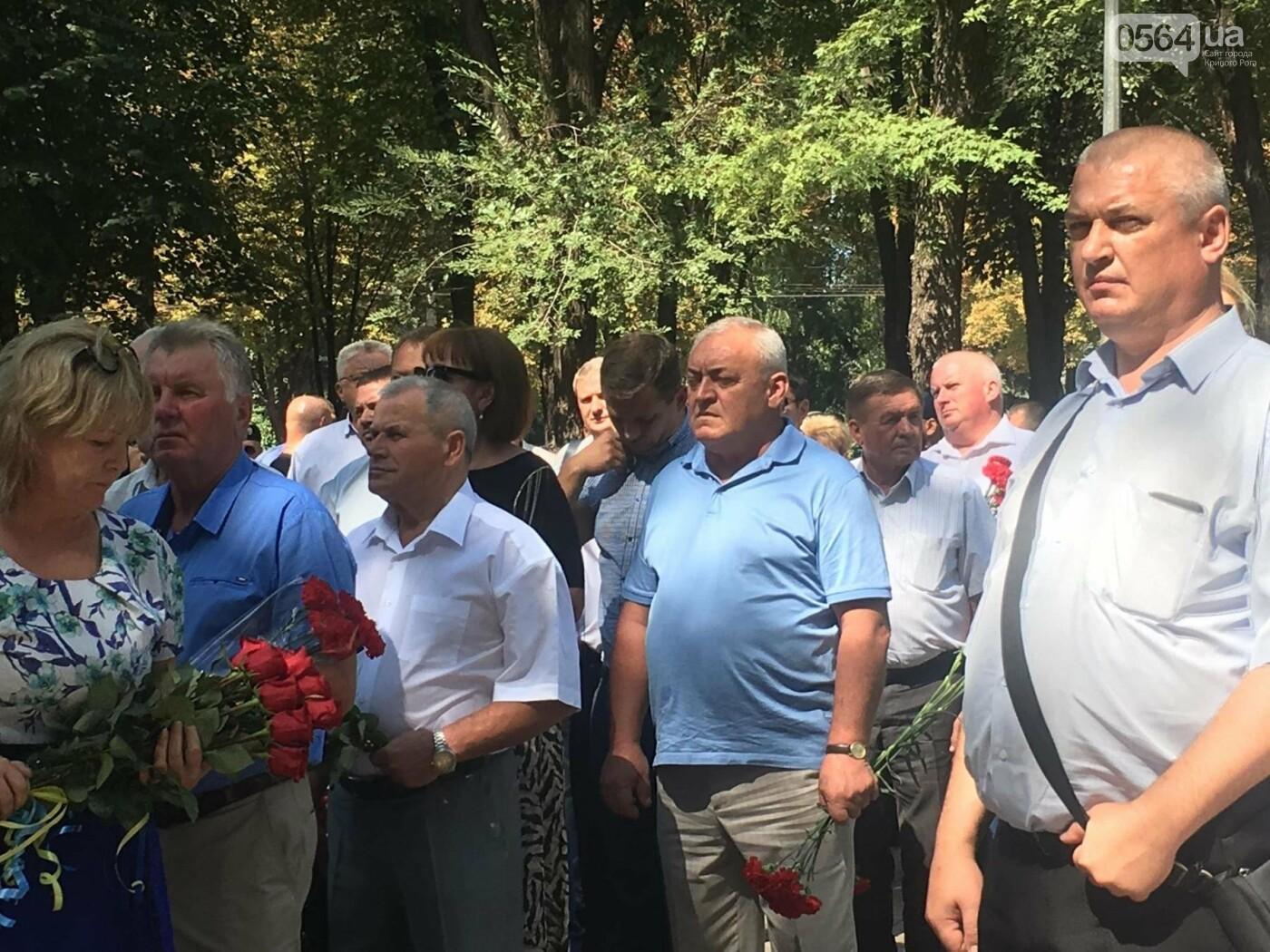 Руководство города и депутаты возложили цветы к памятнику погибшим в АТО Героям, - ФОТО, ВИДЕО, фото-6