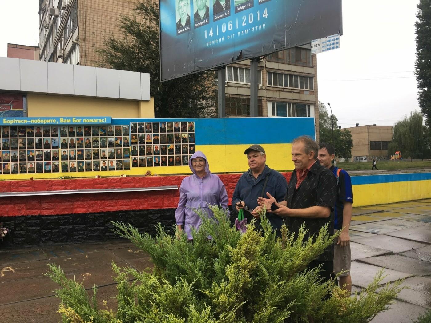 Центр Кривого Рога раскрашивают в красно-черный и сине-желтый цвета, - ФОТО , фото-7