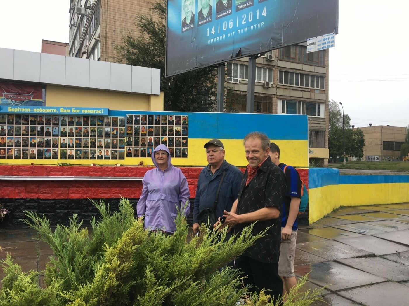 Центр Кривого Рога раскрашивают в красно-черный и сине-желтый цвета, - ФОТО , фото-4