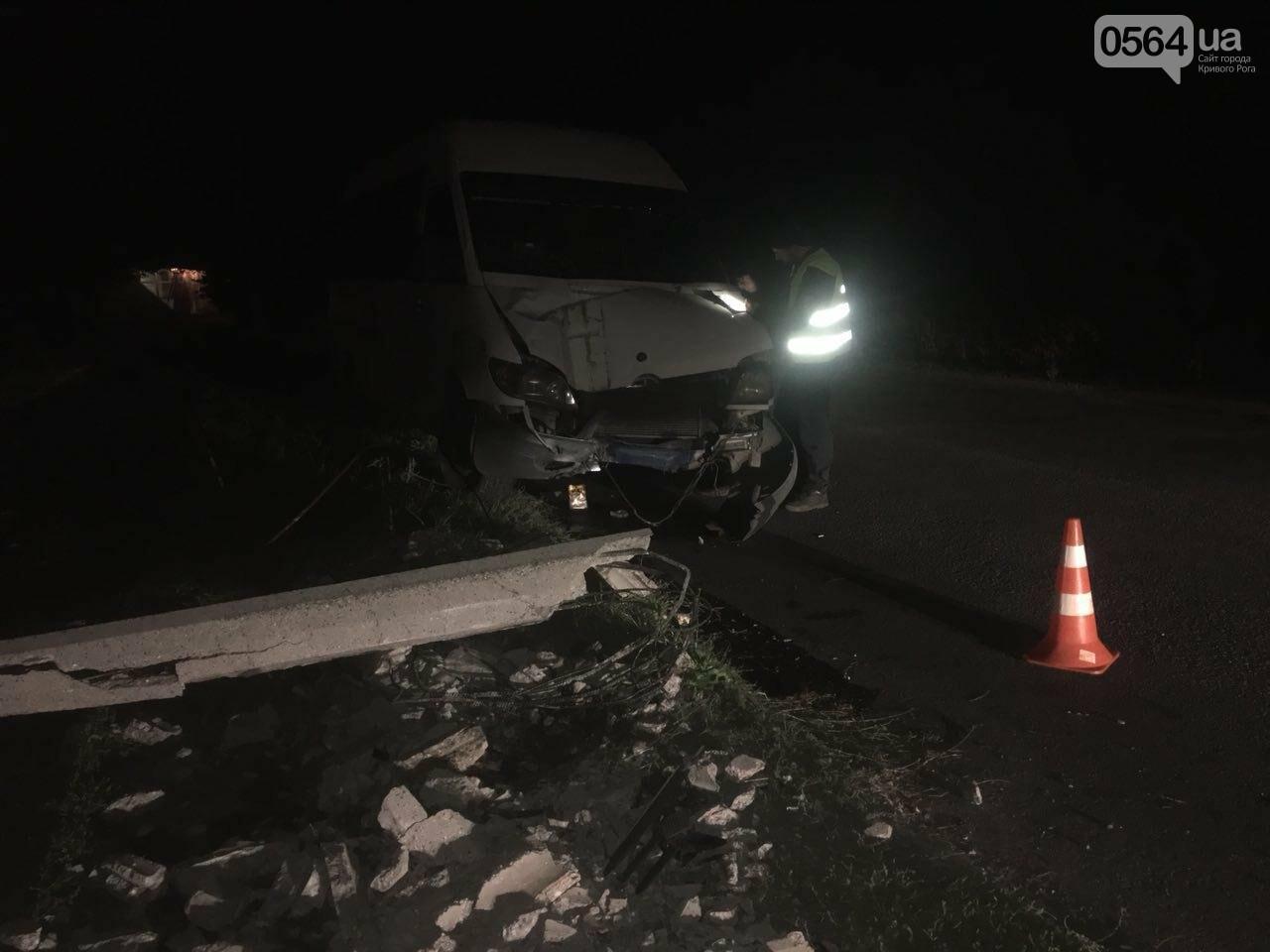 В Кривом Роге микроавтобус снес электроопору: пропал водитель и свет, - ФОТО  , фото-4