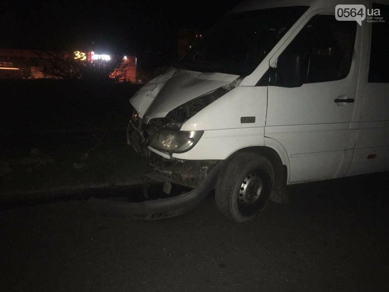 В Кривом Роге микроавтобус снес электроопору: пропал водитель и свет, - ФОТО  , фото-6