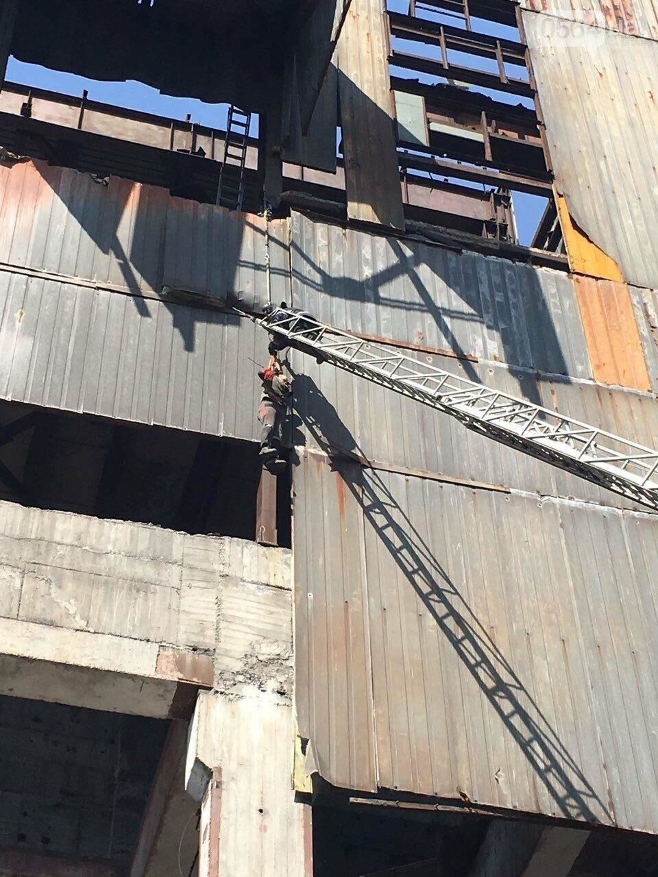 В Кривом Роге на заброшенном здании обнаружили труп мужчины, - ФОТО, ВИДЕО 18+, фото-2