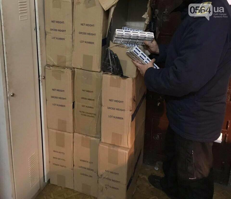Из Кривого Рога в Венгрию пытались провезти 16 тысяч пачек сигарет под окатышами, - ФОТО , фото-1