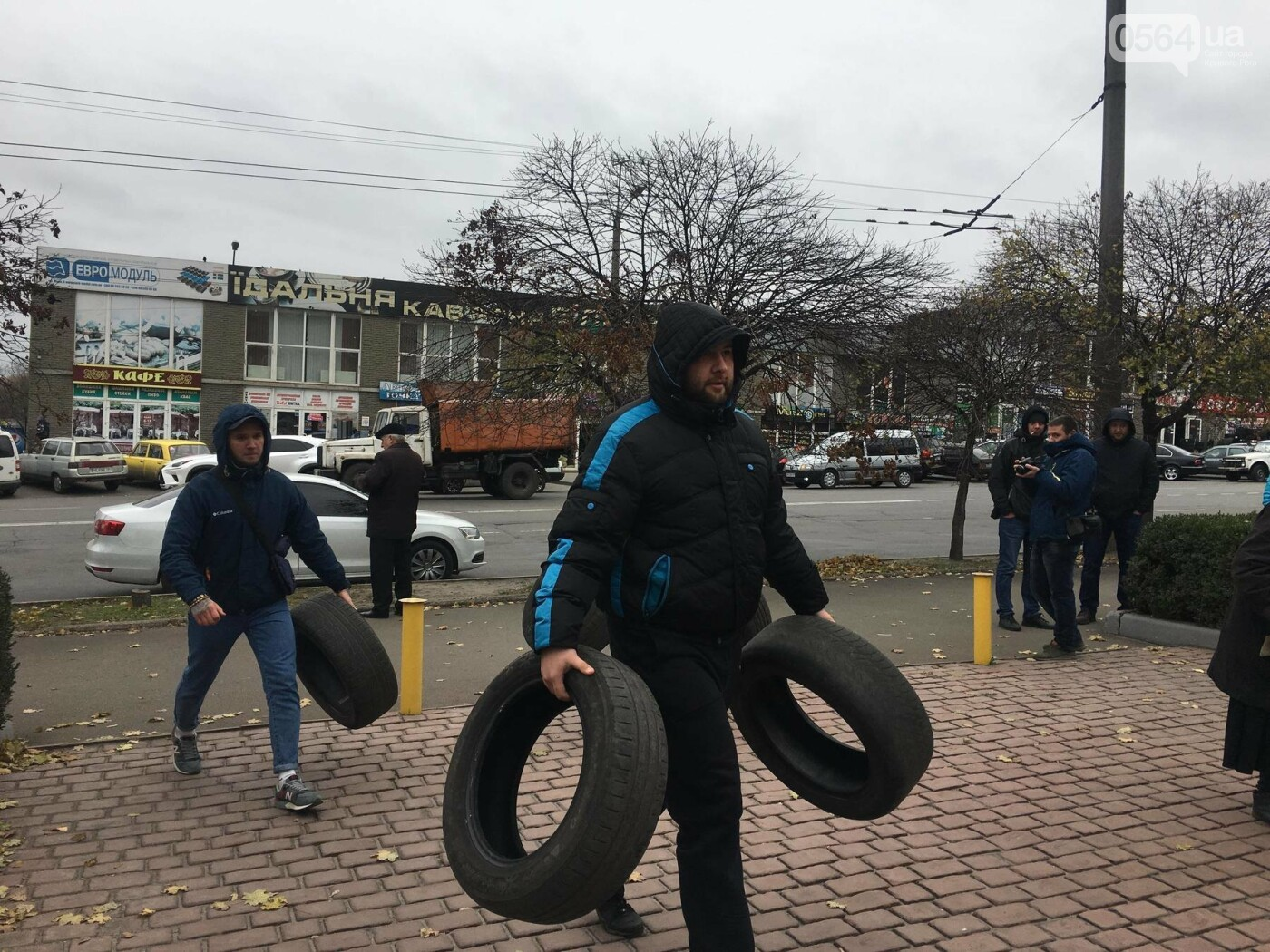 """Криворожане принесли  и подожгли шины под управление """"Криворожгаза""""  - ФОТО, ВИДЕО, фото-2"""