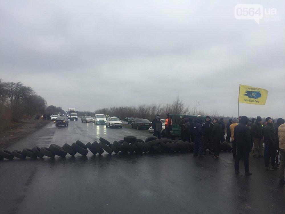"""Криворожские владельцы """"евроблях"""" перекрыли дорогу в Днепр, но оставили пока одну полосу движения, - ФОТО , фото-1"""