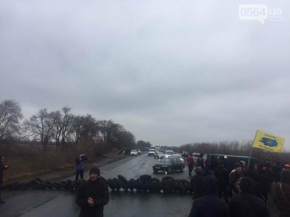 """Криворожские владельцы """"евроблях"""" перекрыли дорогу в Днепр, но оставили пока одну полосу движения, - ФОТО , фото-2"""