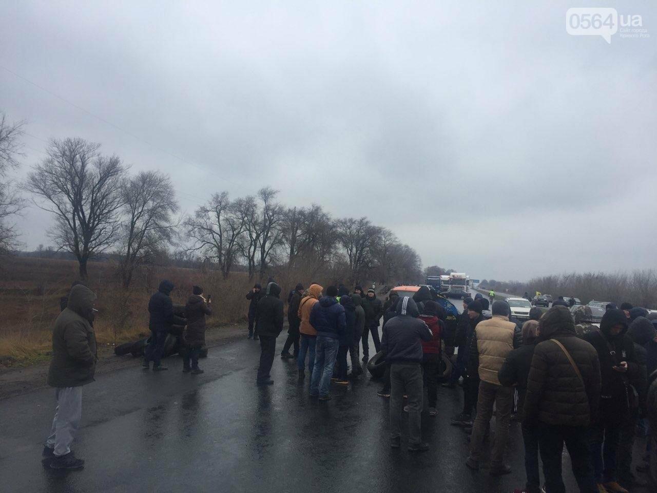 """Криворожские владельцы """"евроблях"""" перекрыли дорогу в Днепр, но оставили пока одну полосу движения, - ФОТО , фото-7"""