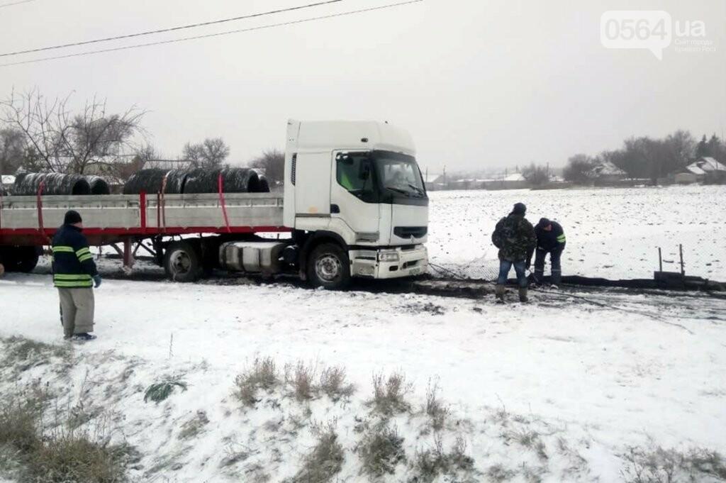 Под Кривым Рогом спасатели доставали застрявшую в снегу фуру, - ФОТО , фото-1