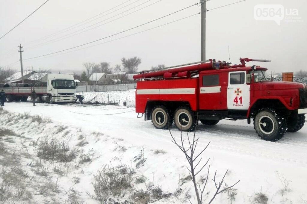 Под Кривым Рогом спасатели доставали застрявшую в снегу фуру, - ФОТО , фото-2