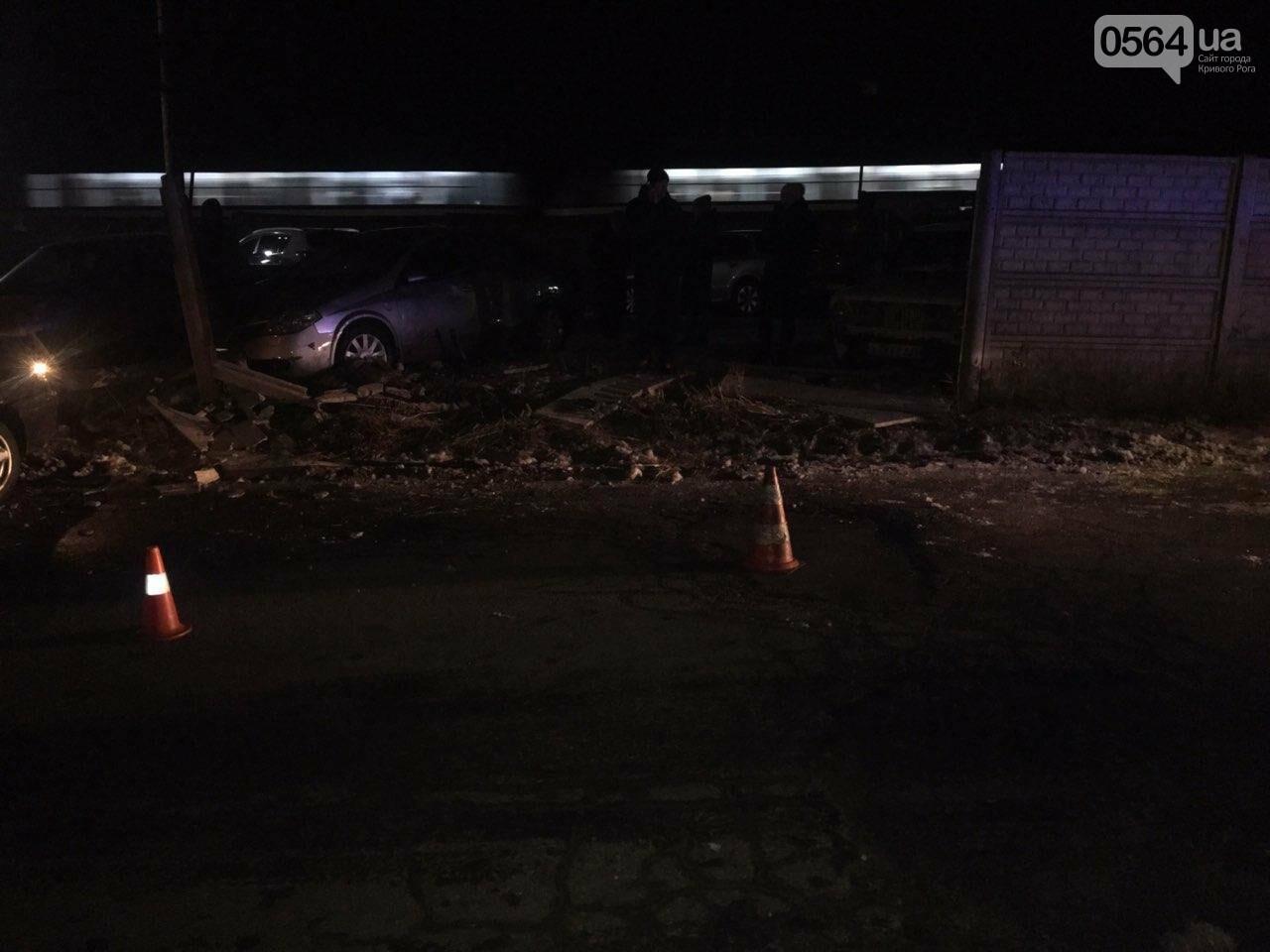 """В Кривом Роге """"BMW"""" снес забор стоянки: повреждено около 10 машин, есть пострадавший, - ФОТО , фото-29"""