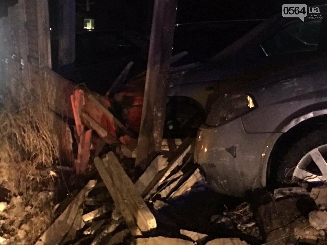 """В Кривом Роге """"BMW"""" снес забор стоянки: повреждено около 10 машин, есть пострадавший, - ФОТО , фото-19"""