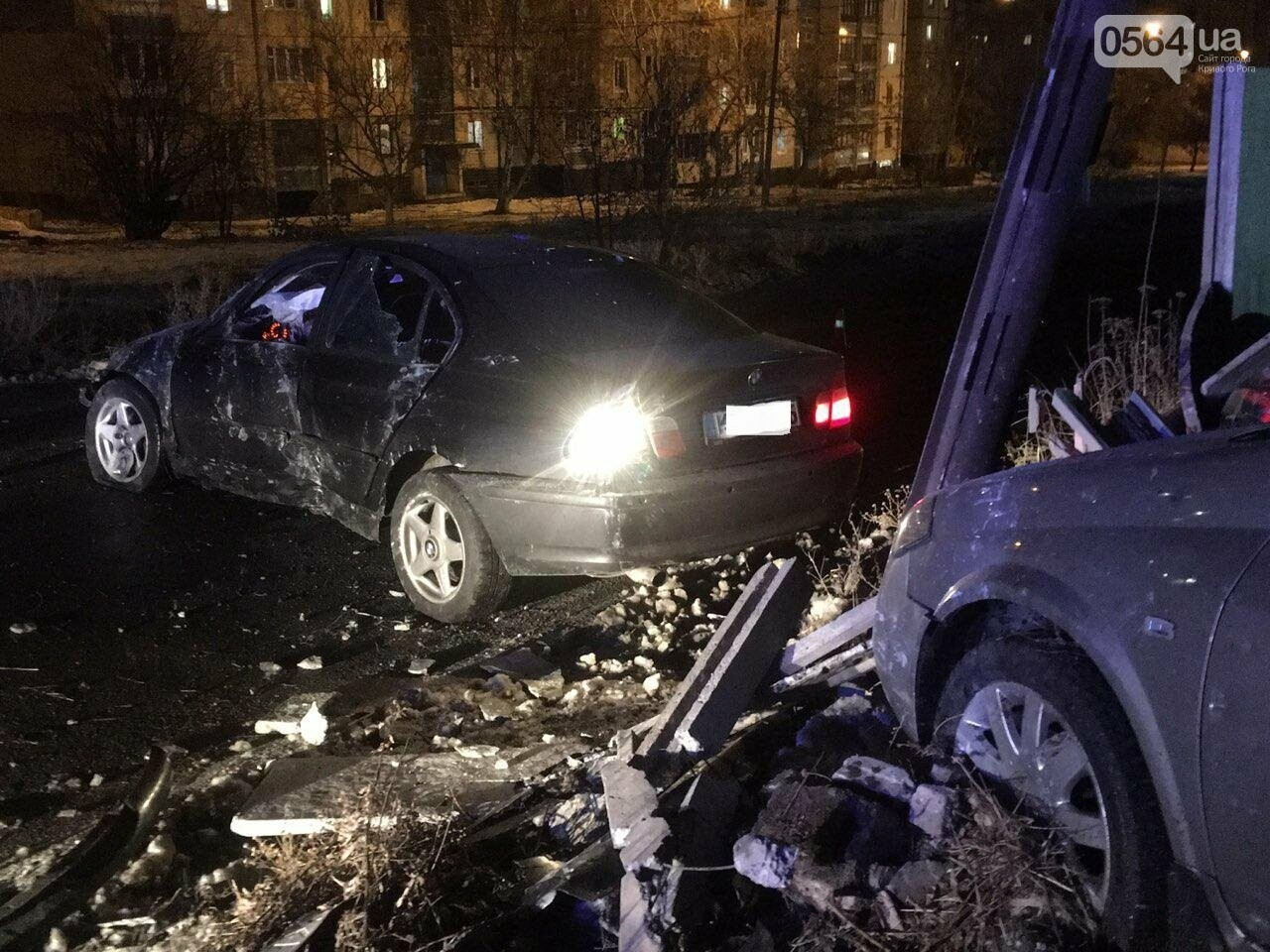 """В Кривом Роге """"BMW"""" снес забор стоянки: повреждено около 10 машин, есть пострадавший, - ФОТО , фото-1"""