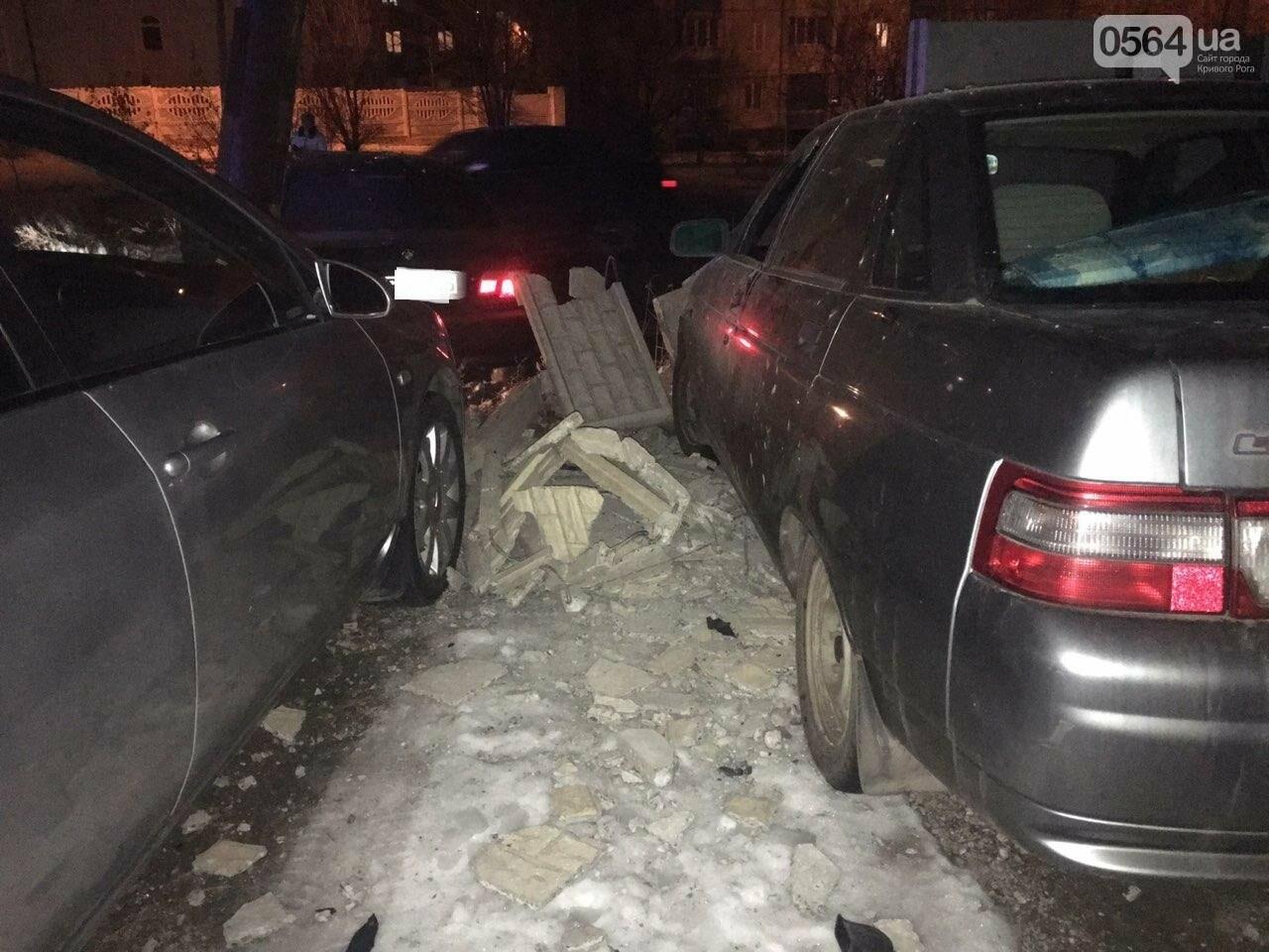 """В Кривом Роге """"BMW"""" снес забор стоянки: повреждено около 10 машин, есть пострадавший, - ФОТО , фото-3"""