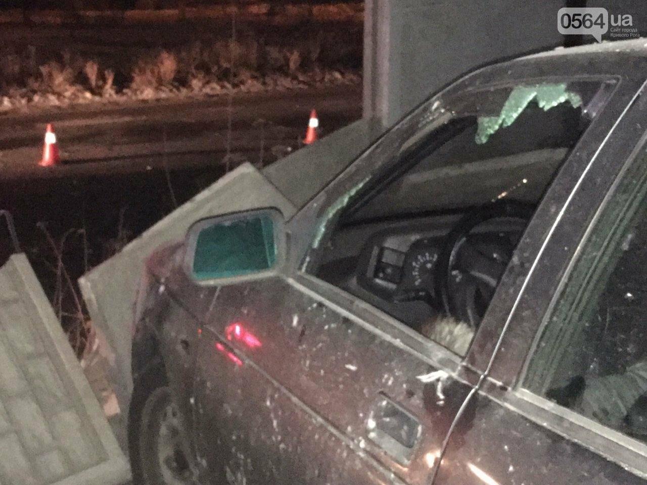 """В Кривом Роге """"BMW"""" снес забор стоянки: повреждено около 10 машин, есть пострадавший, - ФОТО , фото-17"""