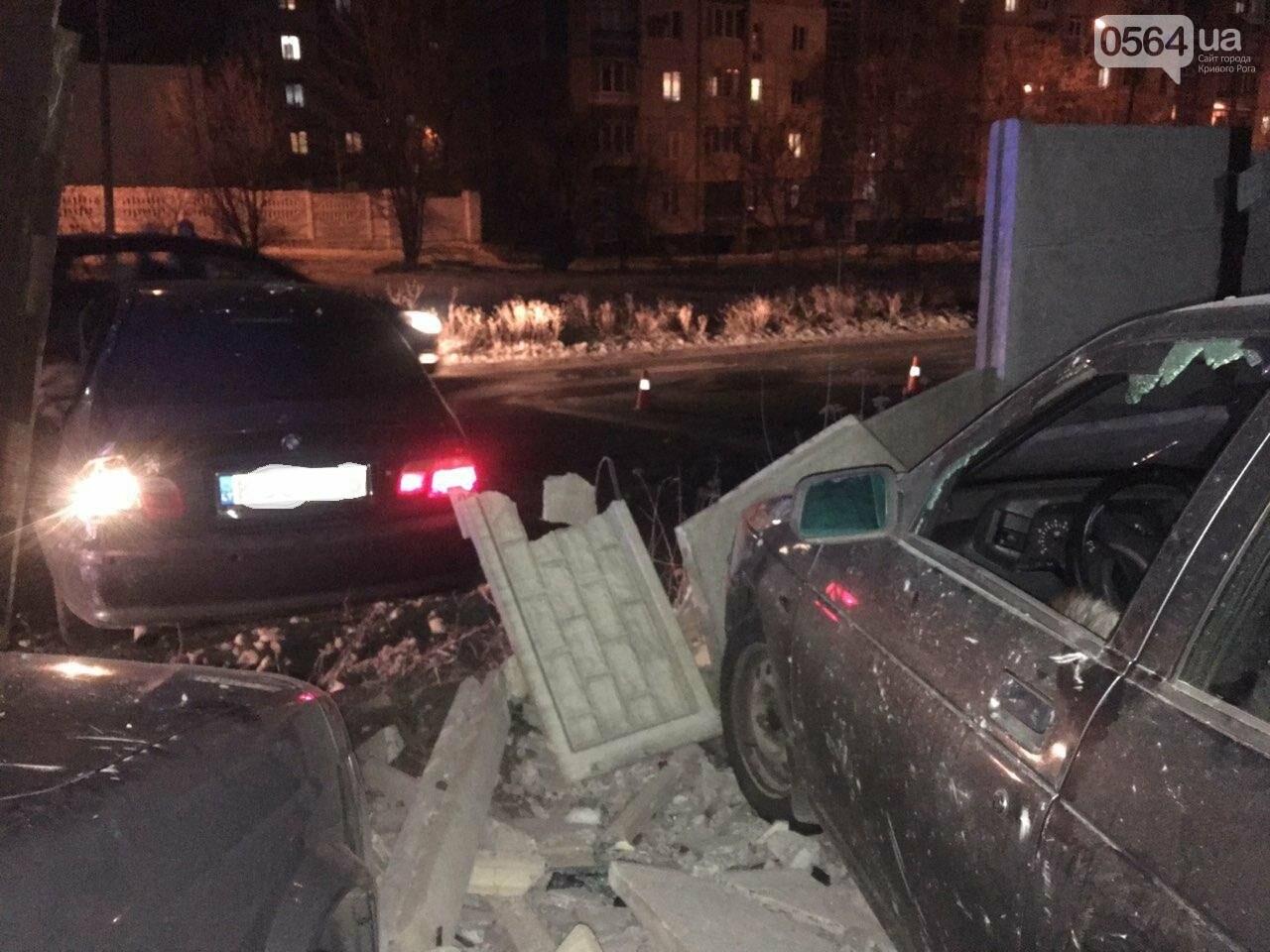 """В Кривом Роге """"BMW"""" снес забор стоянки: повреждено около 10 машин, есть пострадавший, - ФОТО , фото-7"""