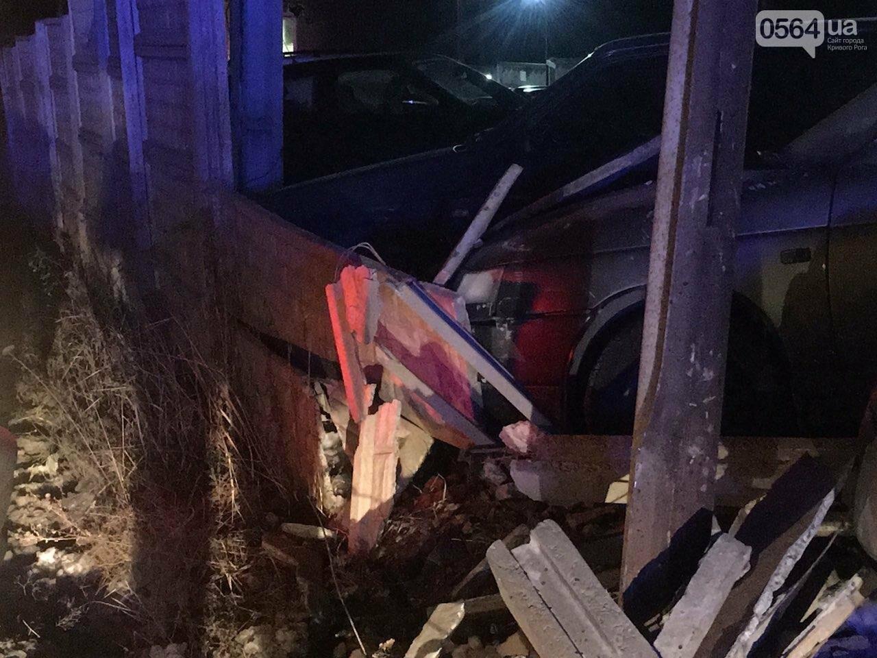 """В Кривом Роге """"BMW"""" снес забор стоянки: повреждено около 10 машин, есть пострадавший, - ФОТО , фото-16"""