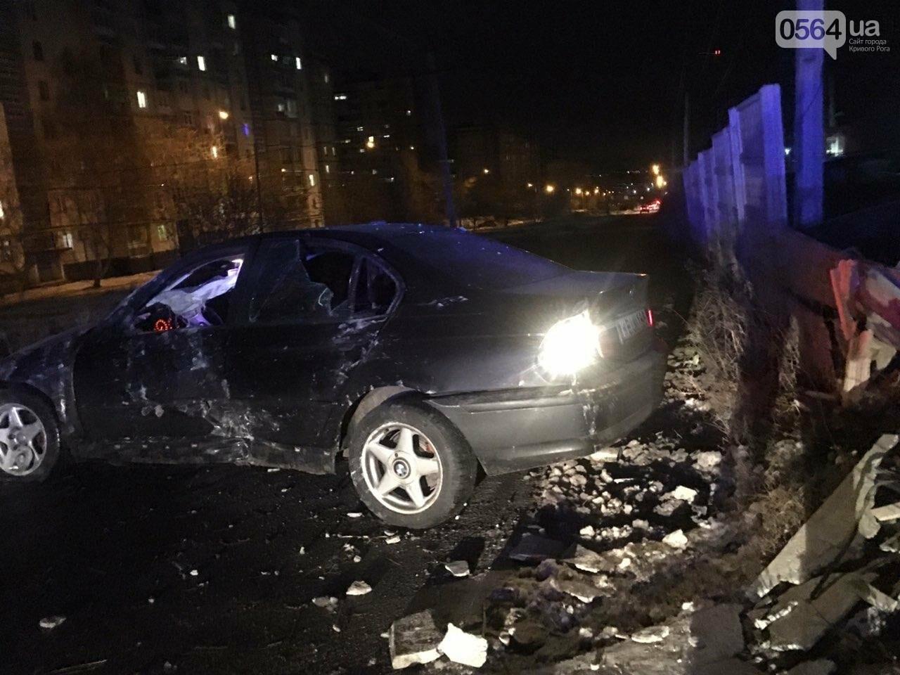 """В Кривом Роге """"BMW"""" снес забор стоянки: повреждено около 10 машин, есть пострадавший, - ФОТО , фото-15"""