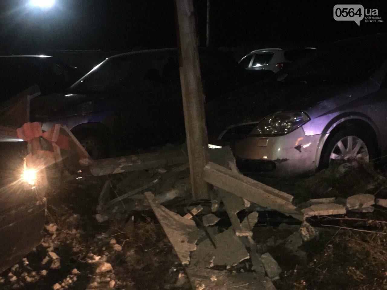 """В Кривом Роге """"BMW"""" снес забор стоянки: повреждено около 10 машин, есть пострадавший, - ФОТО , фото-25"""