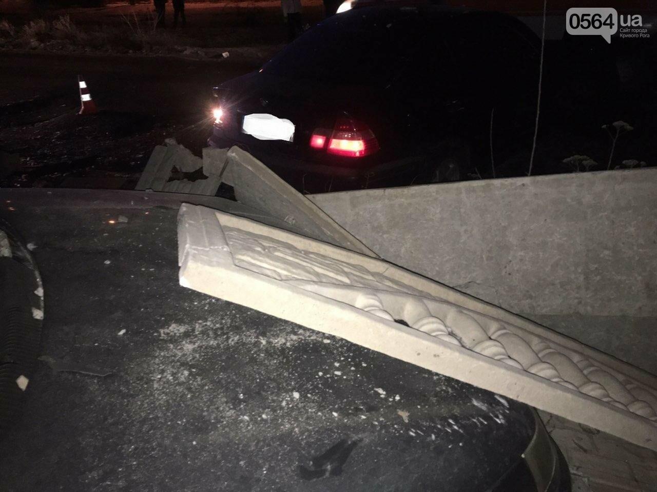 """В Кривом Роге """"BMW"""" снес забор стоянки: повреждено около 10 машин, есть пострадавший, - ФОТО , фото-12"""