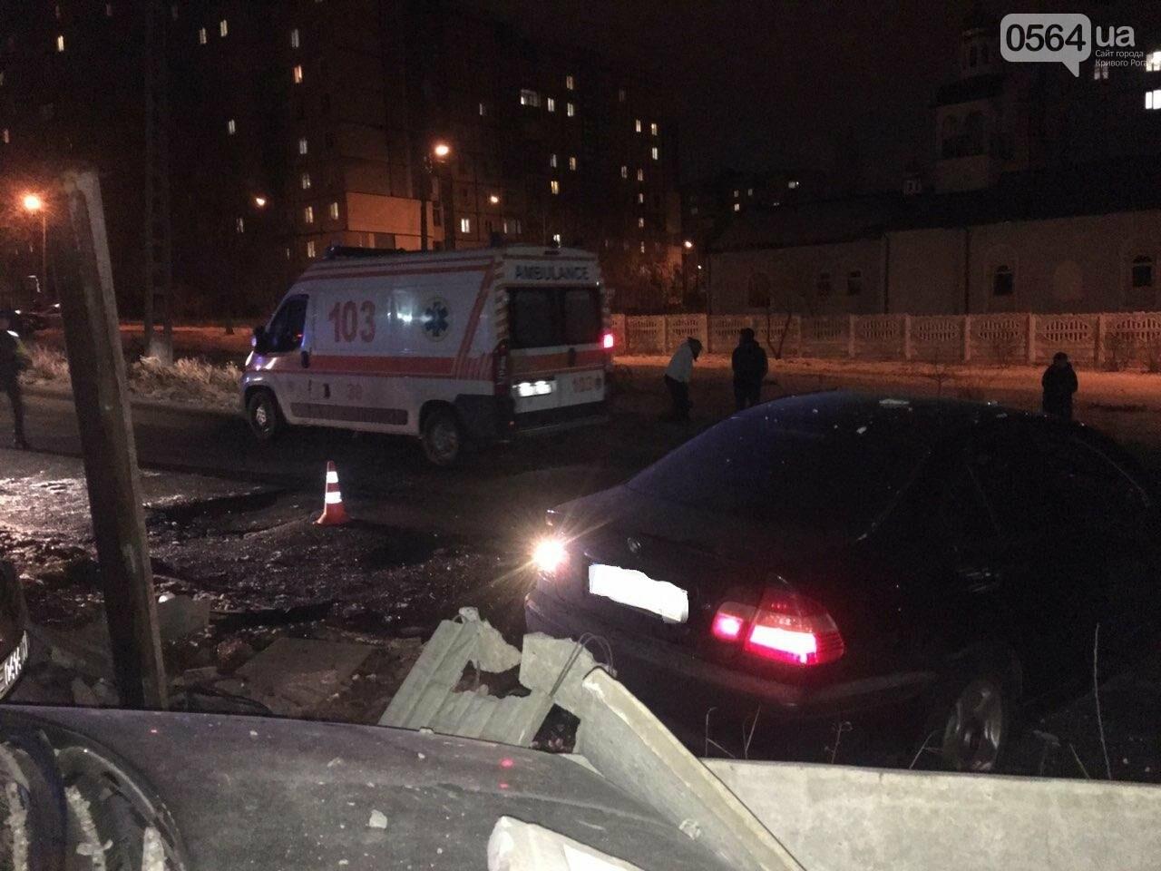 """В Кривом Роге """"BMW"""" снес забор стоянки: повреждено около 10 машин, есть пострадавший, - ФОТО , фото-9"""