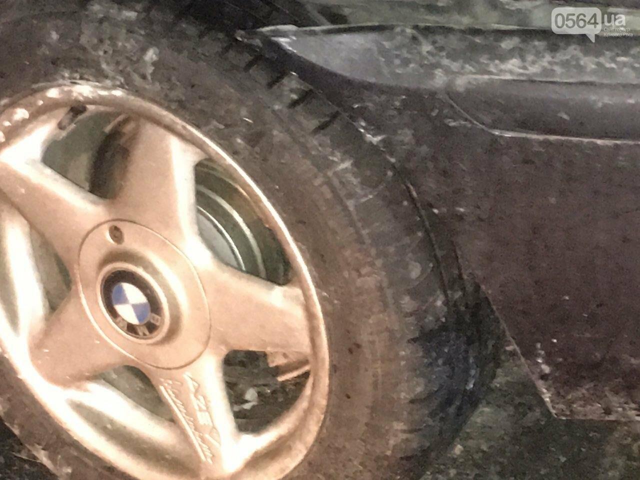 """В Кривом Роге """"BMW"""" снес забор стоянки: повреждено около 10 машин, есть пострадавший, - ФОТО , фото-24"""