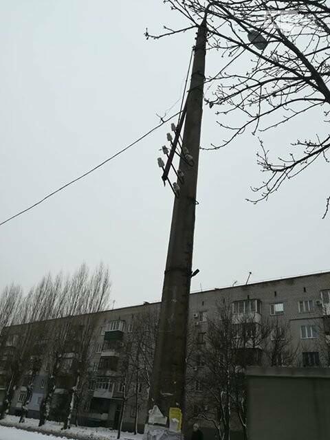 Криворожанка: на электроопоре оборвалось оборудование, но никому до этого нет дела, - ФОТО, фото-1