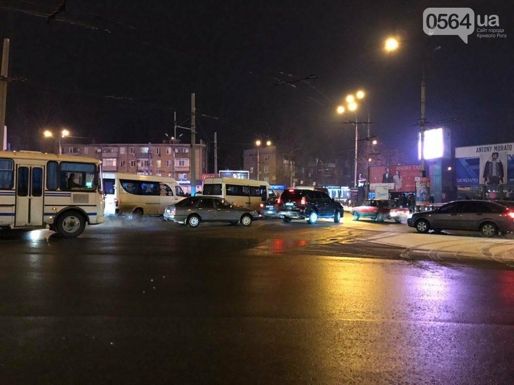 В центре Кривого Рога маршрутка попала в ДТП, - ФОТО , фото-1
