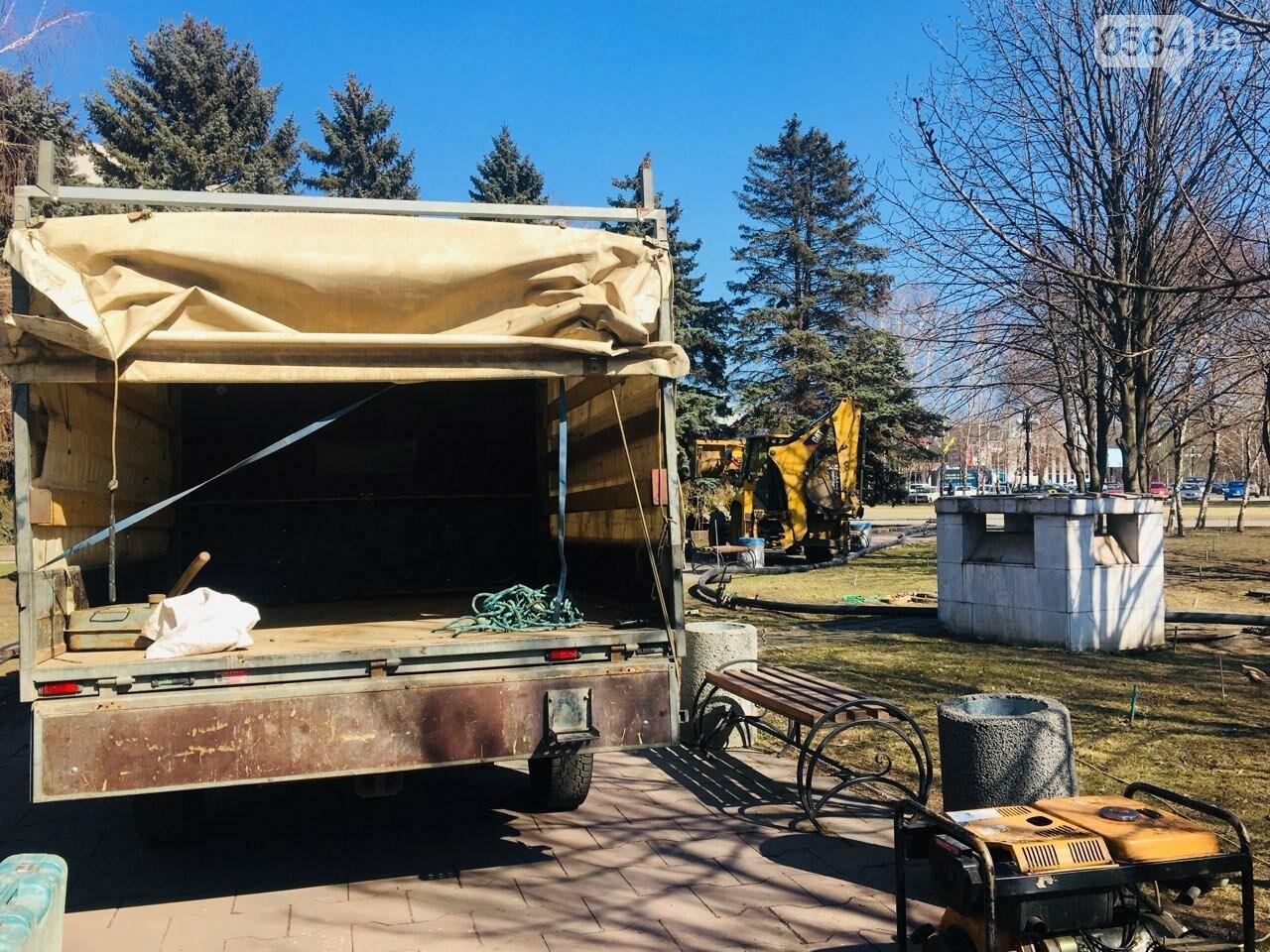 В сквере под Криворожским горисполкомом начались ремонтные работы, - ФОТО , фото-24
